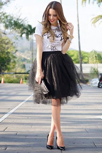 Chân váy xòe màu đen mặc với áo gì?